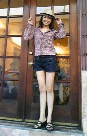 美脚でも有名な小林麻耶