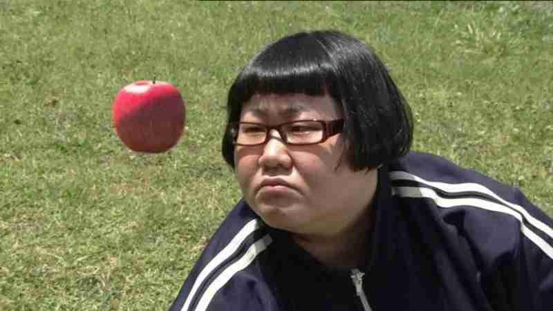 りんごをみつめる安藤なつ。