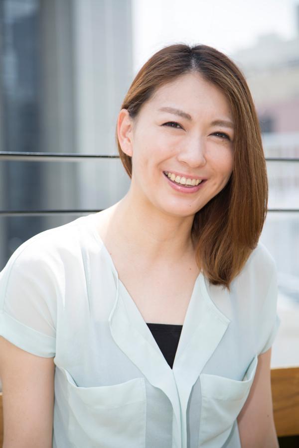 にっこりと爽やかな笑顔で微笑む小椋久美子