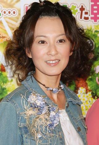 前髪を上げている森尾由美さん