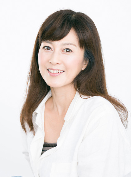 白いシャツの森尾由美さん